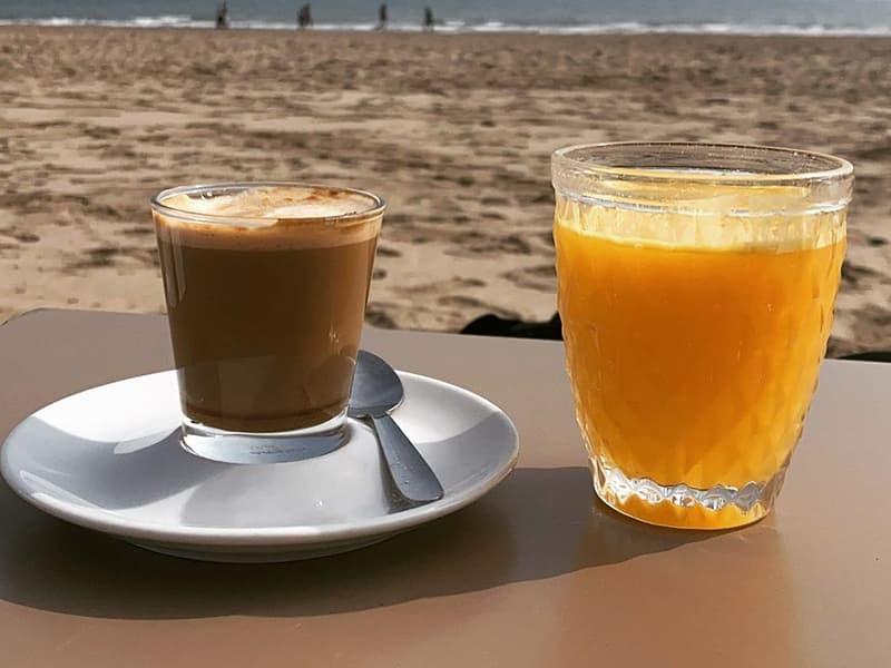 zumo de naranja y café